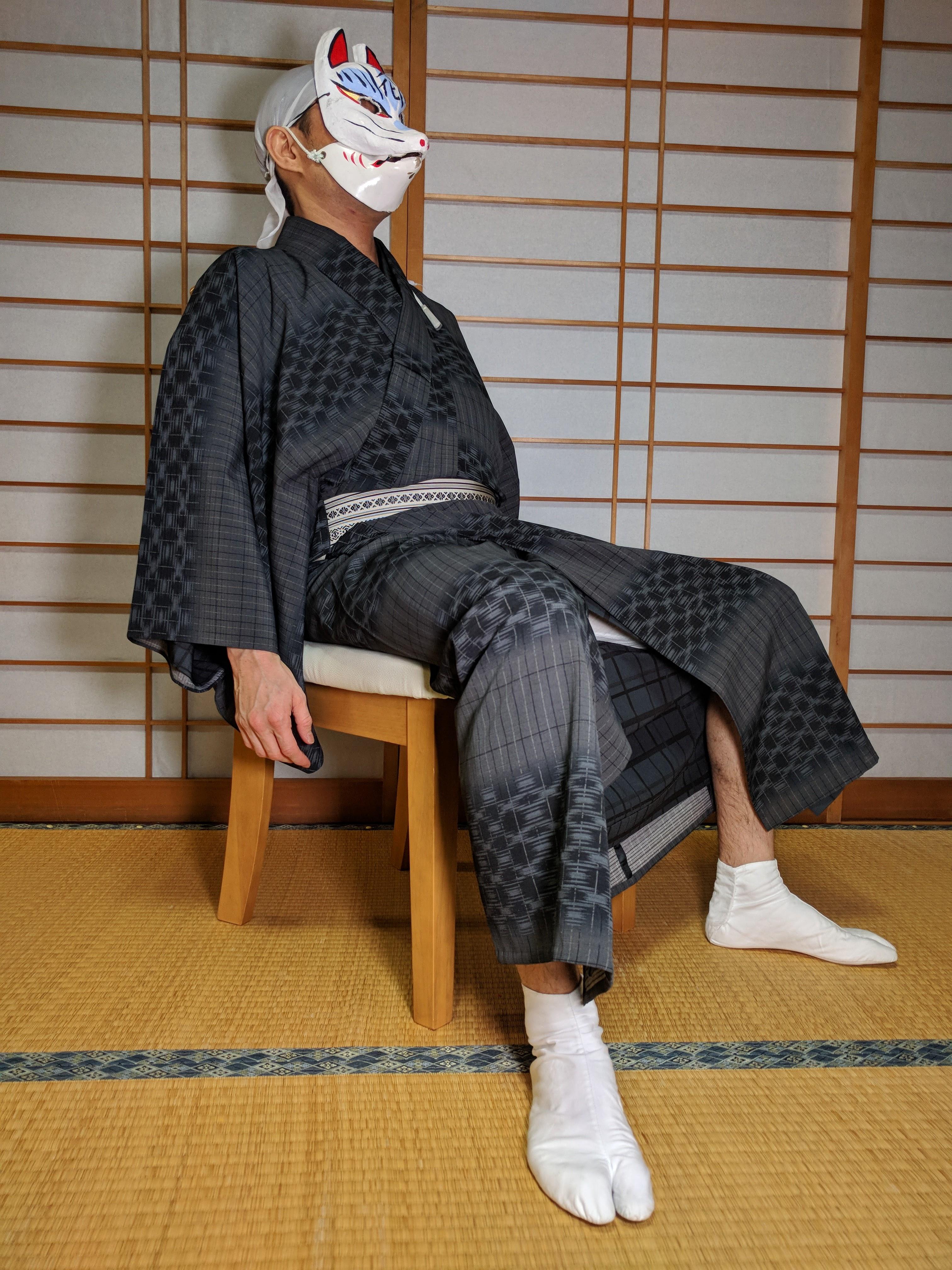 男の和服着物、椅子、股広がる、背もたれ、崩れる