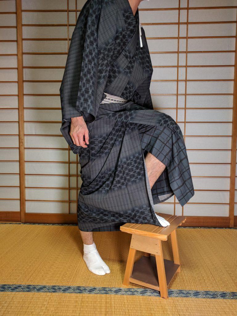 男の和服着物、裾、踏む、階段、上る、