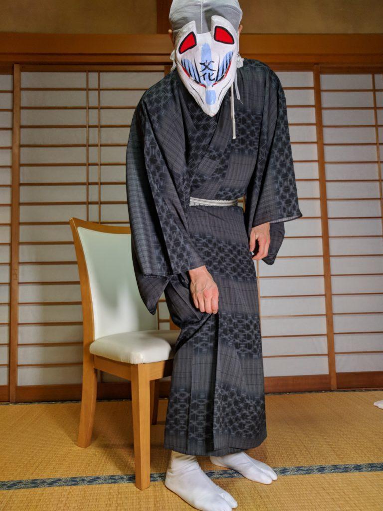 男の和服着物、裾、立ち上がる、椅子